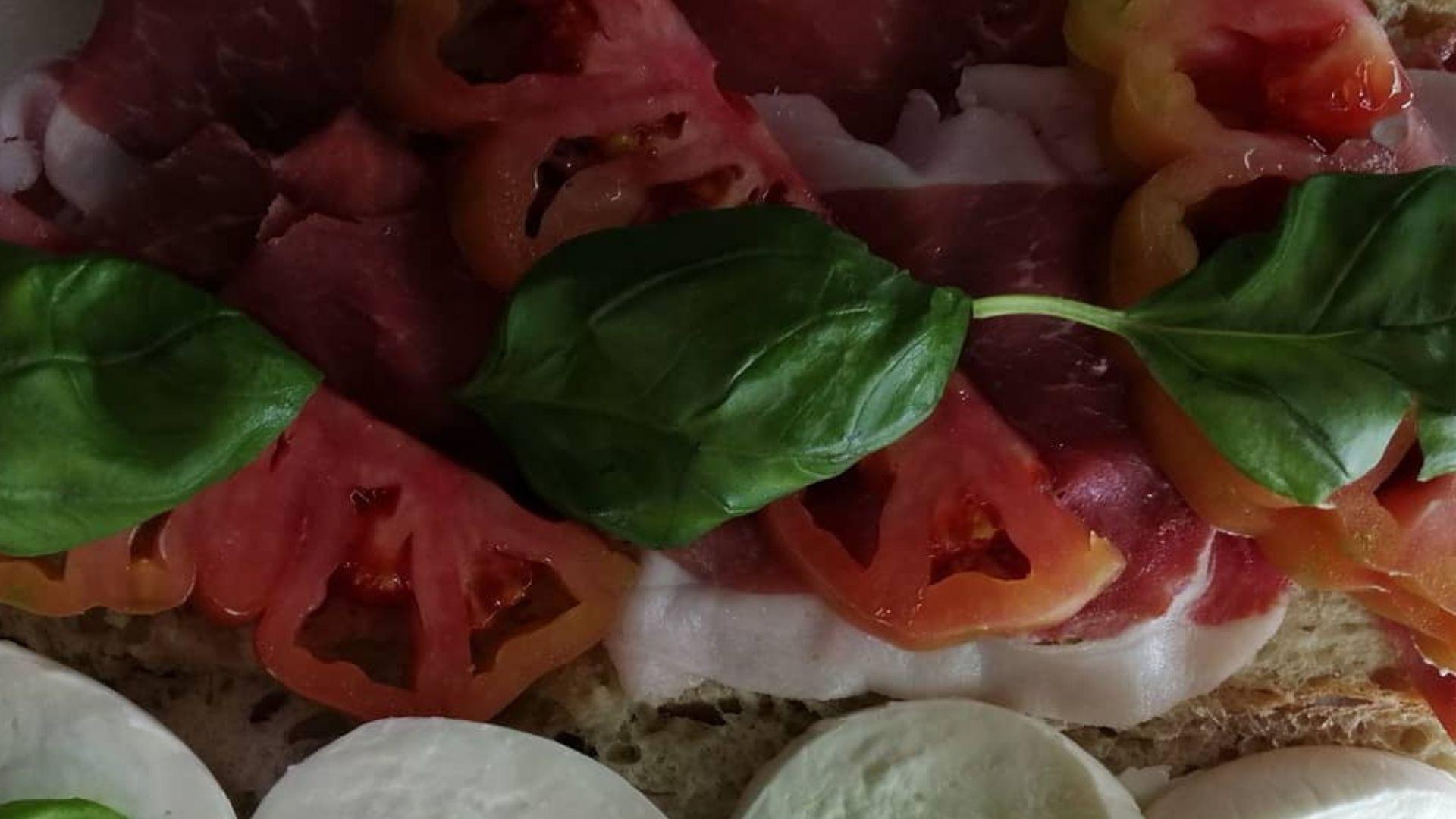 Degustazione di mozzarella e pomodoro da A' Muzzarella Mia Parla