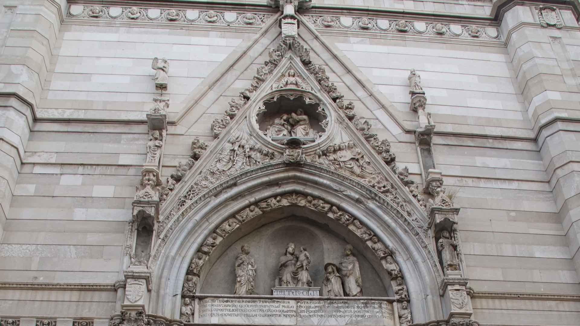Dettaglio della facciata del Duomo di Napoli