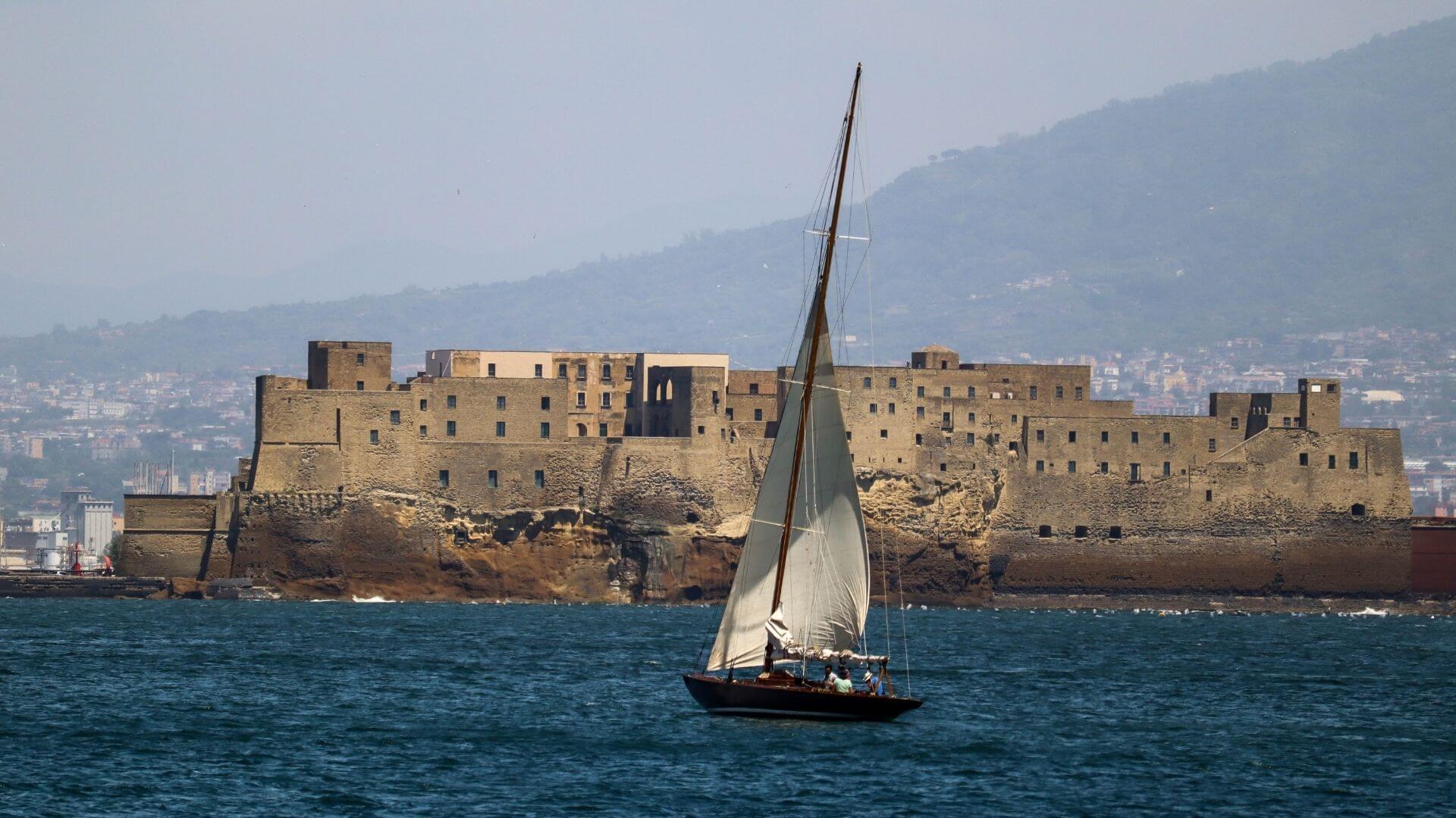Barca a Vela e Castel dell'Ovo