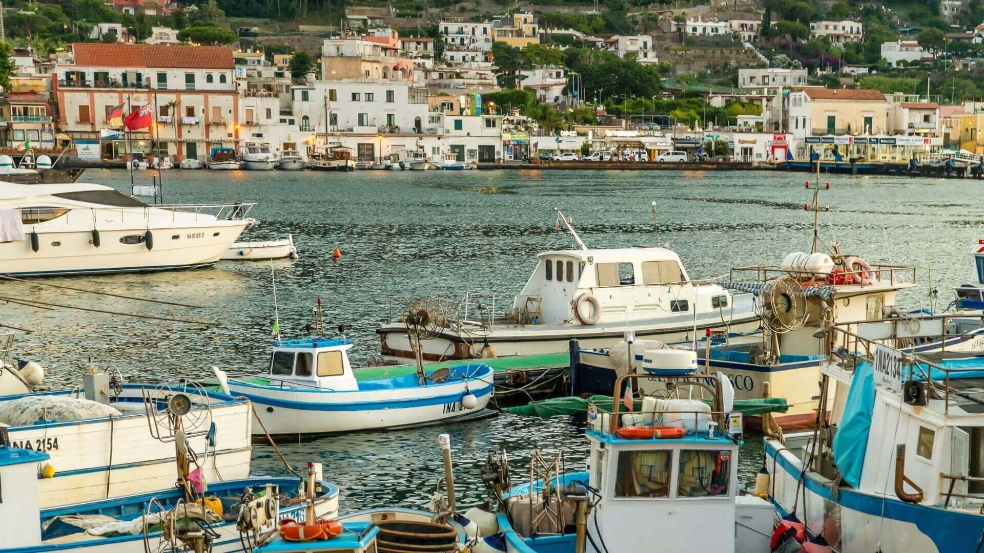 Ischia Porto, cuore pulsante dell'isola