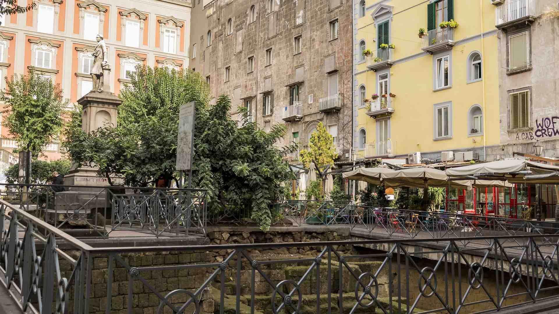 Piazza Bellini e Mura Greche